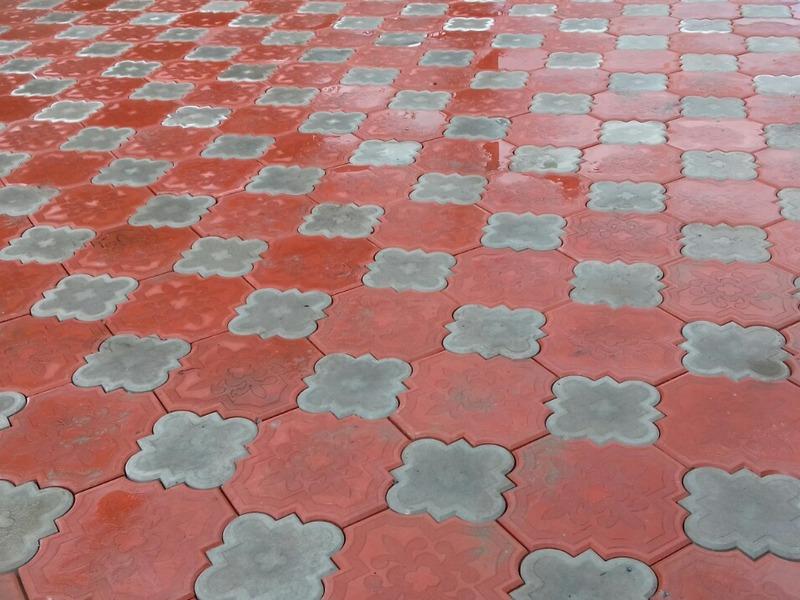 Укладка фигурной двухцветной тротуарной плитки